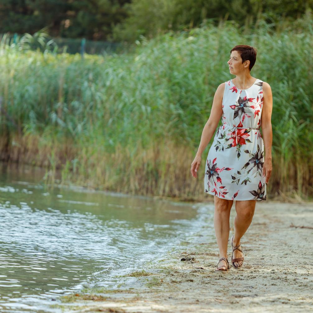 Diane loopt langs het water